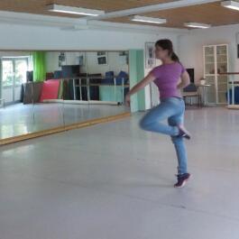 Eine Ballett-Tänzerin dreht eine Piruette