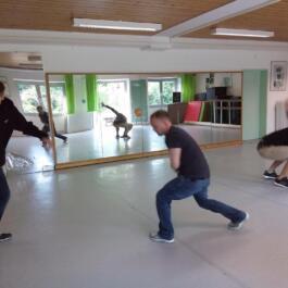 Drei junge Breakdancer im Bild