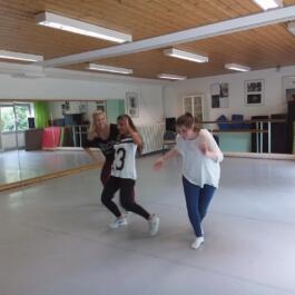 Drei junge Tänzerinnen im Bild
