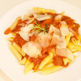 Pastateller mit Tomatensoße Arrabiata und groben Parmesanraspel