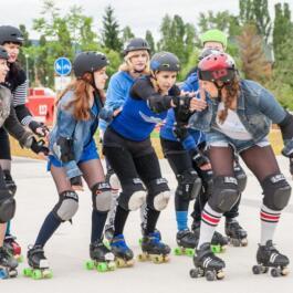 Voll geschützte Roller Derby-Girls in Startposition
