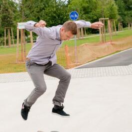 Ein Skateboarder springt akrobatisch