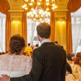 Hochzeitspaar Rückseitig blickt in den Raum