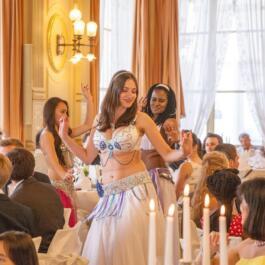 Bauchtänzerinnen tanzen durch den Saal mit Hochzeitsgästen