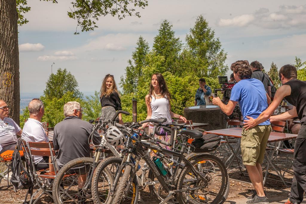 Tanzszene auf dem Königstuhl. Darum herum Touristen und Radfahrer.