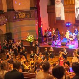 Blick von Empore auf den Saal und die Bühne und die tanzende Menge