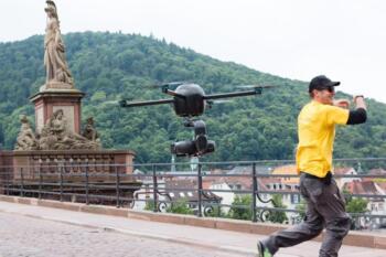Fliegende Drohne auf der Alten Brücke, rechts Noah