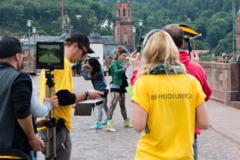Tänzerinnen und Aufnahmeteam auf der Alten Brücke