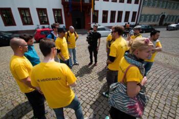 HappyHD-Team steht im Kreis auf dem Karlsplatz