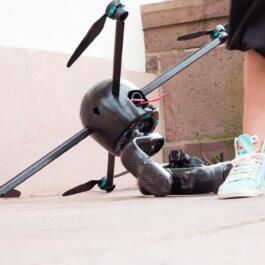 Drohne liegt seitlich auf dem Boden
