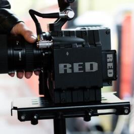 Seitlicher Blick auf die Kamera mit angesetztem Canon Objektiv