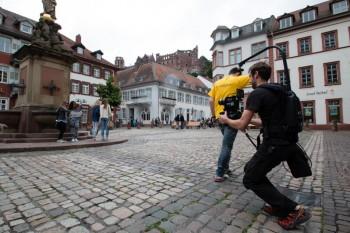 Ümit läuft mit seinem gelben T-Shirt an der Kamera vorbei, ein sogenannter Wischer