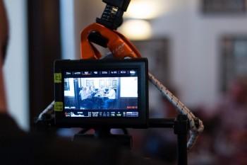 Blick auf das Display der Kamera. Zu sehen ist die Szene im Restaurant Knösel