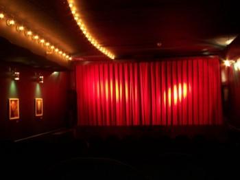 Blick im Kino auf den Vorhang vor der Kinoleinwand